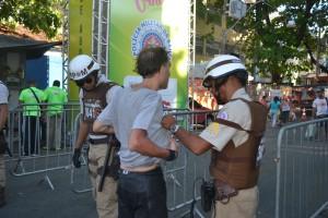 Folião é revistado durante o 1º dia de Carnaval