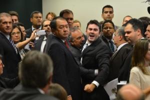 Brasília - O deputado Caio Narcio é contido por colegas ao final da reunião da Comissão especial da Câmara que analisa o pedido de impeachment da presidente Dilma (Fabio Rodrigues Pozzebom/Agência Brasil)