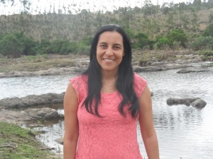 Geógrafa Eliana Trindade avalia condições do Rio Cachoeira Foto: Eliane Trindade