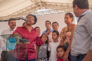 Ministra Nilma Lino Gomes ao lado do prefeito Claudevane Leite e de autoridades faz entrega das chaves- Foto Gabriel de Oliveira