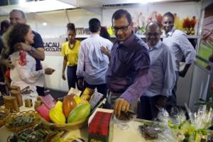 Prefeito Jabes RIbeiro visita estande de venda de chocolates no Aleluia Ilhéus Festival - 23.03.16 - Foto Alfredo Filho Secom Ilheus (1)