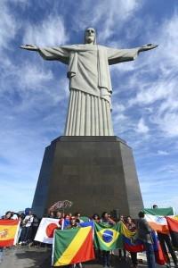 """Rio de Janeiro - Lançamento, no Cristo Redentor, da campanha: """"Jogue a Favor da Vida"""" que tem como objetivo dar visibilidade a uma das mais graves violações de direitos humanos que é o tráfico de pessoas, o trabalho escravo, a exploração sexual e a comercialização de órgãos humanos ( Tânia Rêgo/Agência Brasil)"""
