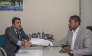 Presidente da subsecção da OAB Edmilton Carneiro recebeu cópia do TAC do procurador Mateus Santiago SIlva - Foto Pedro Augusto
