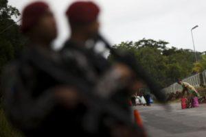 Manaus - Familiares tiveram que caminhar cerca de 2 km até a entrada do Compaj para fazer a entrega de alimentos aos presos. O início da entrega estava prevista para as 8h, mas só teve início às 10h30. (Marcelo Camargo/Agência Brasil)