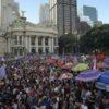 """Ato """"Contra o retrocesso em defesa da democracia"""", na Cinelândia, região central do Rio de Janeiro, reúne milhares de pessoas."""