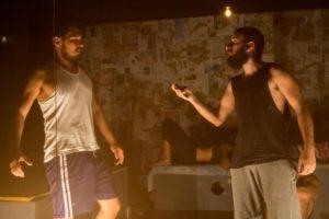 Elyan Lopes(E) na peça Três Reportagens Malditas, de Plínio Marcos. Foto|: divulgação